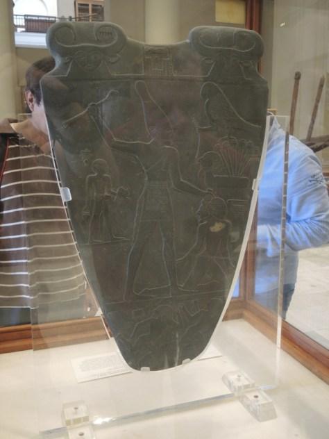 Die Narmer Palette (3.000 v. Chr.) diente vermutlich zur Herstellung von Schminke und ist eines der ältesten Stücke der Sammlung