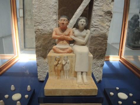 Der kleinwüchsige Hofbeamte Seneb mit seiner Frau Prinzessin Senetites und seinen Kindern (um 2.600 v. Chr.)
