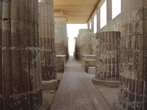 Die Säulen imitieren die damalige übliche Bauweise mit Bündeln aus Schilfrohr