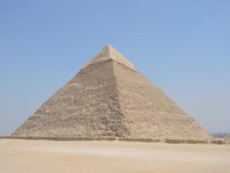 Die Chephren-Pyramide ist die zweithöchste Pyramide, liegt aber 10 Meter höher und wird daher oft fälschlicherweise für die größte der Pyramiden gehalten.