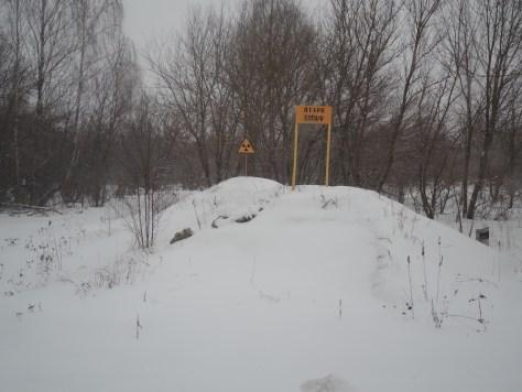 Abgerissene und vergrabene Häuser des Dorfes mit Warnschildern