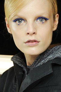 bold-eyeliner-with-a-polka-dot-at-the-lower-lash