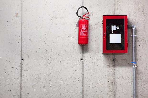 extintor atenção vermelho cores shutterstock_105556139
