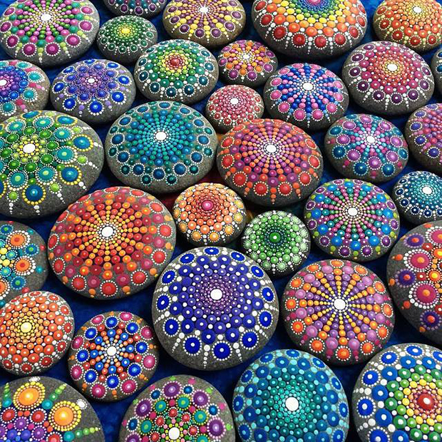 Artista Transforma Pedras Comuns Em Fantasticas Mandalas Coloridas