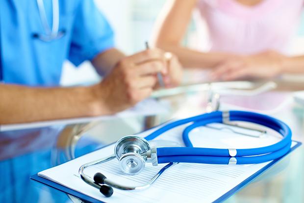 Azul uniforme médico shutterstock_113775370
