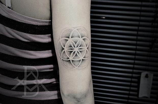 Tattoo Bruno Almeida blackwork mandala pontilhismo