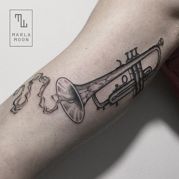 tattoo tatuagens linhas finas marla moon trompete