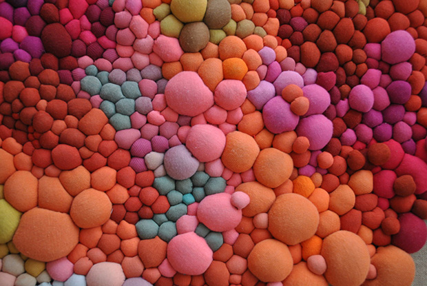 follow-the-colours-arte-bolas-tecido-coloridas-005