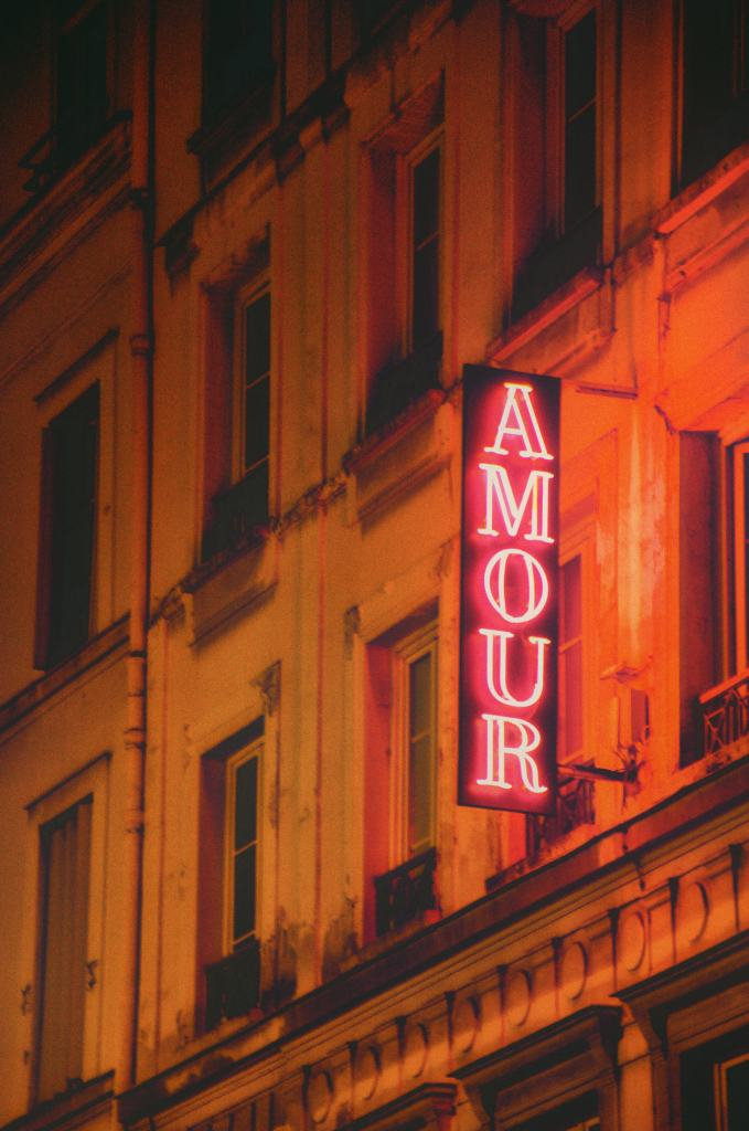 Romantic things to do in Paris - amour sign