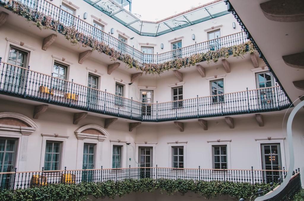 widok na wewnętrzny dziedziniec w najlepszym hotelu na świecie - Aria Hotel Budapeszt