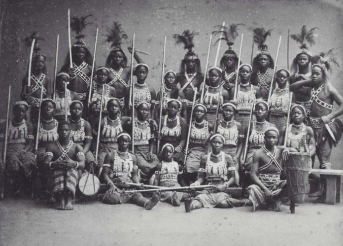 collectie_tropenmuseum_groepsportret_van_de_zogenaamde_amazones_uit_dahomey_tijdens_hun_verblijf_in_parijs_tmnr_60038362