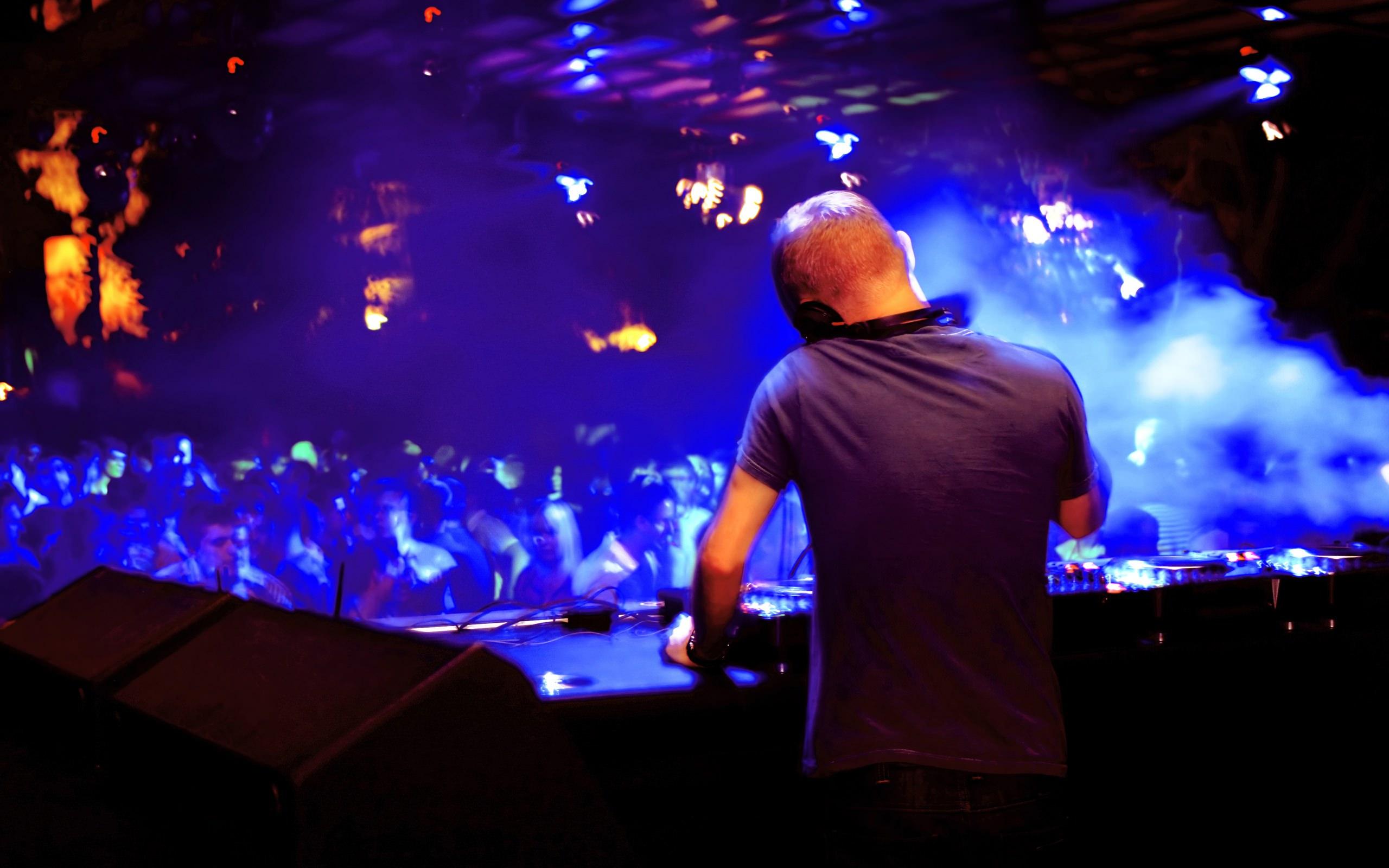 Обои Диджей крутит музыку в клубе, люди, толпа, тусовка на ...