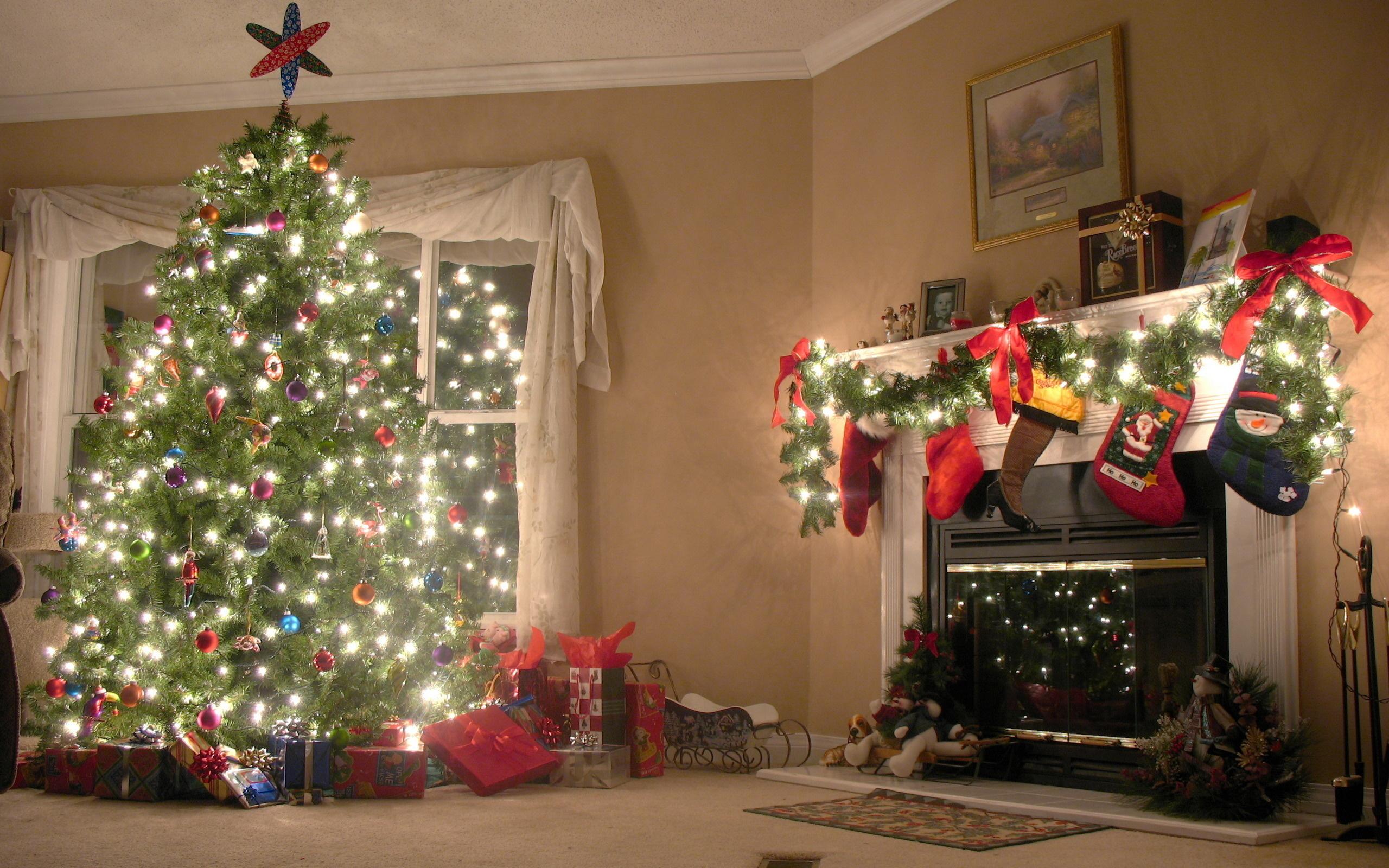 Картинка наряженная новогодняя елка возле окна у камина ...