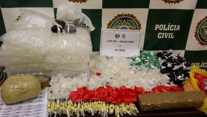 Mais de 3Kg de drogas são encontrados enterrados em tonéis em Araruama