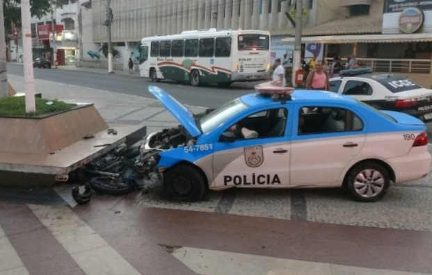 Viatura da PM bate na Praça Porto Rocha durante perseguição em Cabo Frio