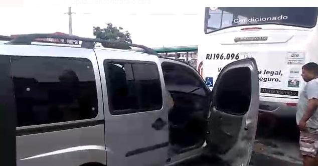 Carro colide em traseira de ônibus e homem fica ferido em Cabo Frio