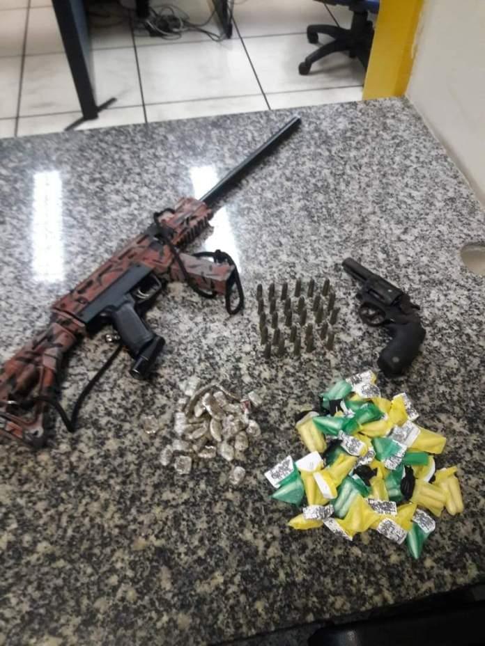 Um revólver e uma réplica de fuzil foram apreendidos na ação´. Foto: PM/Divulgação
