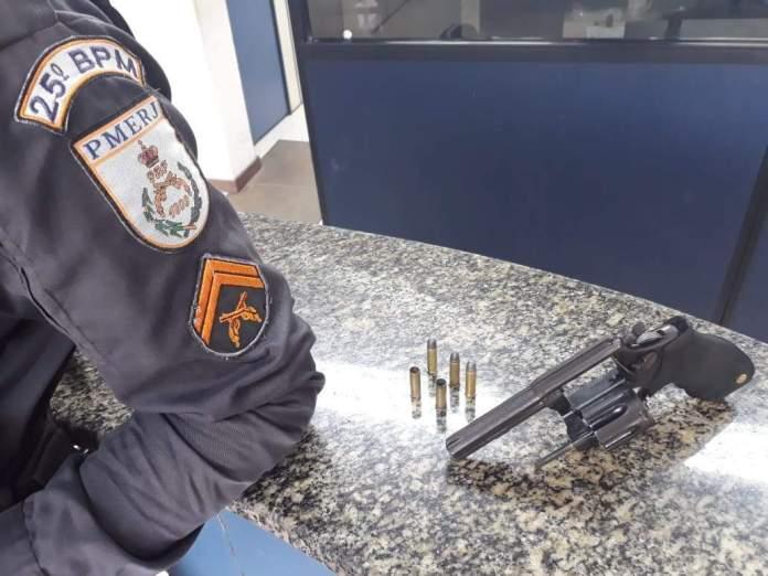 Homem já possuía outras passagens por posse de arma e tráfico de drogas. Foto: Divulgação/ Polícia Militar