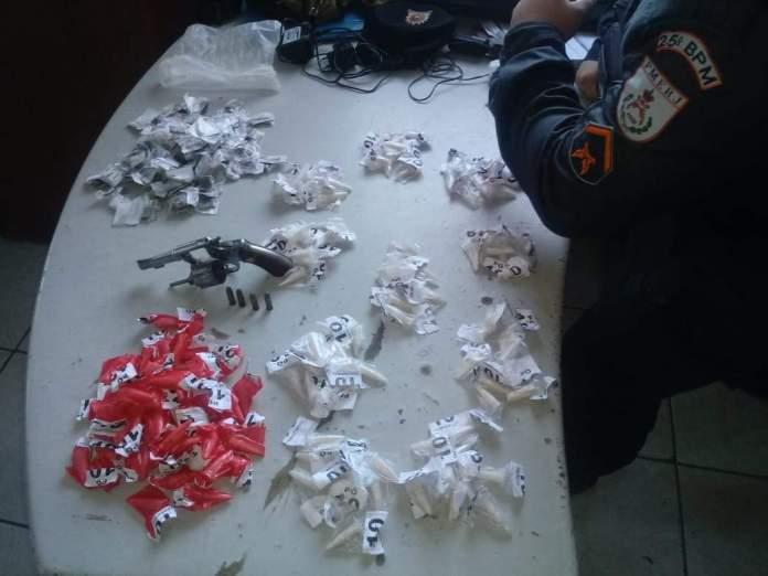 PM apreende arma, cocaína e maconha em Tamoios