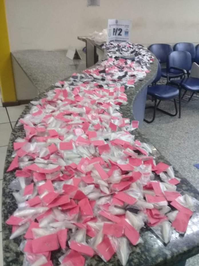 Grupo foi flagrado no Morro da Coca-Cola com 724 cápsulas de cocaína. Foto: PM/Divulgação