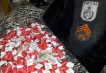 Um ex-detento solto recentemente foi preso por policiais militares com 139 pinos de entorpecentes na Rua Sabiá, em Mataruna, Araruama nesta sexta-feira sexta (16).