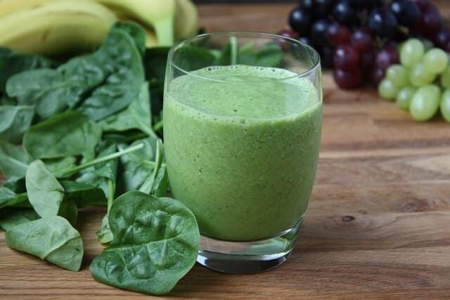 suco espinafre - 10 Alimentos que ajudam a emagrecer