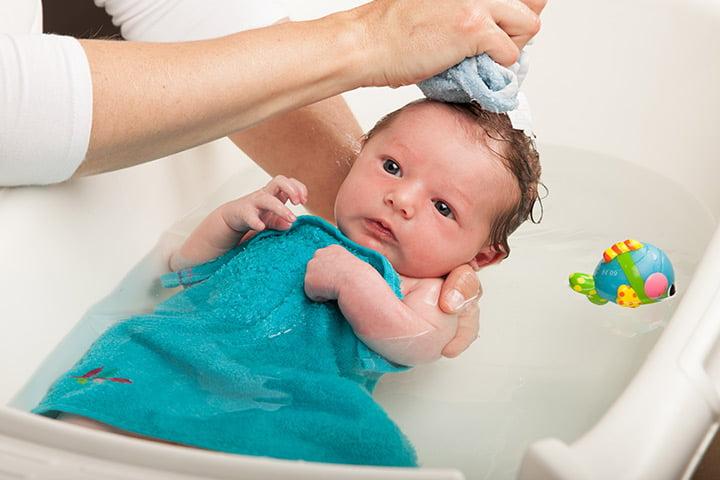 Dar banho em bebês: deixe a banheira segura