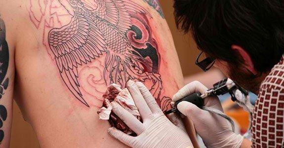 TAKE CARE TATOO - Como cuidar de tatuagem e preservar a saúde? Veja mais.