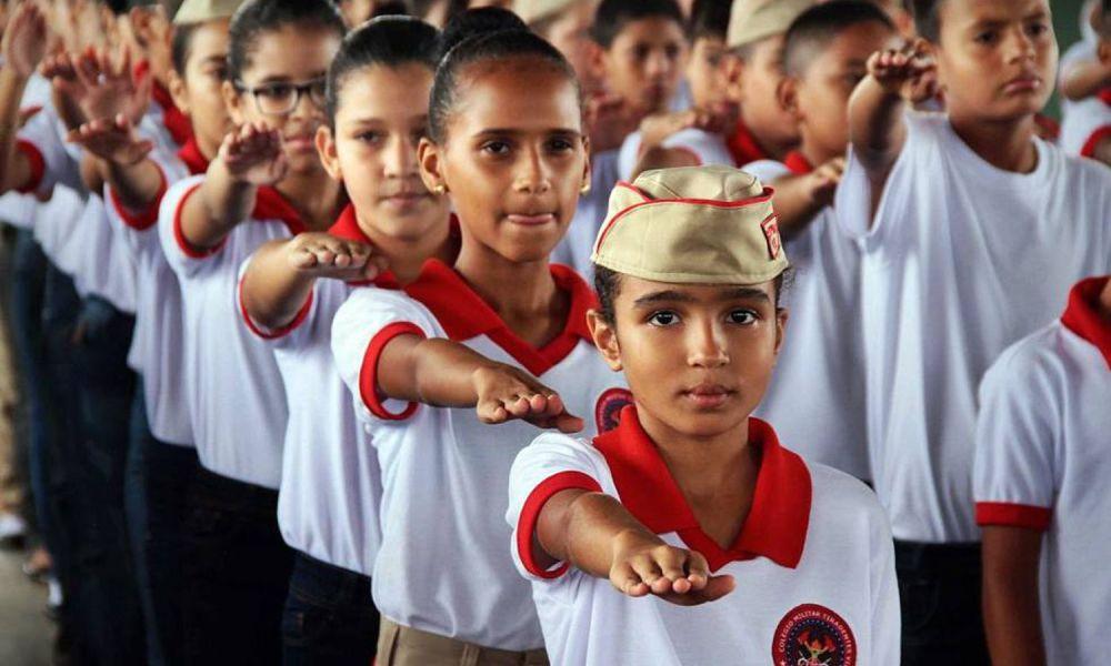 """Bolsonaro defende """"impor"""" modelo de educação militar e Governo anuncia 216 escolas até 2023"""