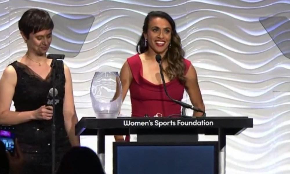 Marta recebe prêmio pela luta por igualdade de gênero no esporte