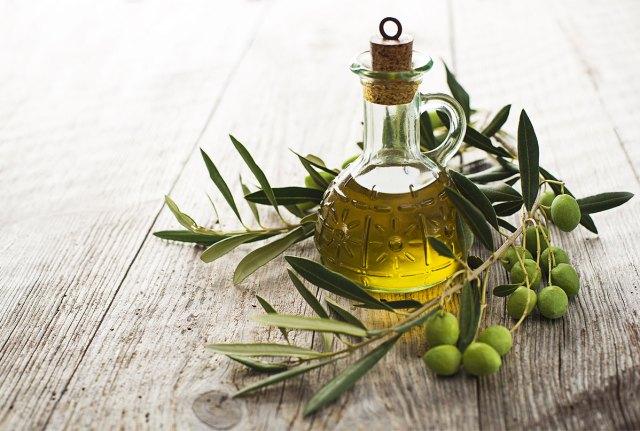 Оливковое масло хорошо подходит для заправки салатов