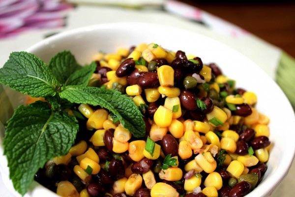 Салат с фасолью и кукурузой на скорую руку