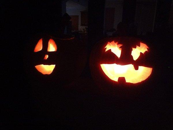 lit-pumpkins-jack-o-lanterns