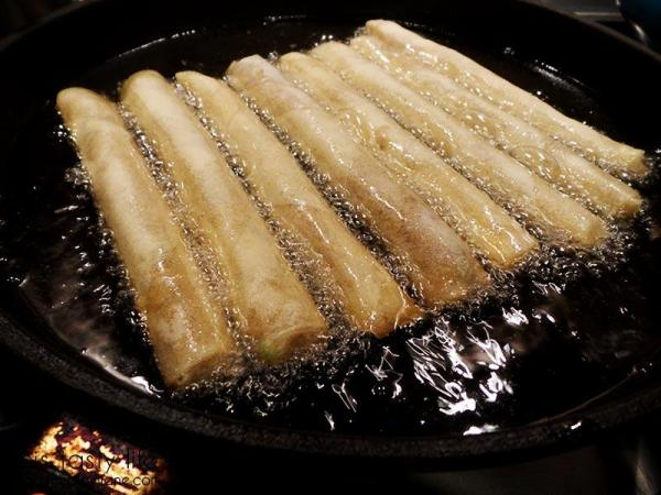 lumpia-getting-fried