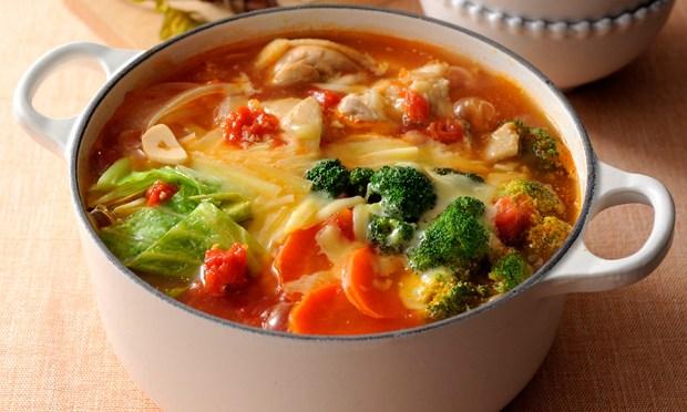 野菜の旨みをいただくトマト鍋。栄養バランスよし、〆まで味わえる。