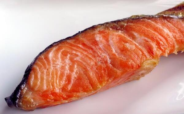 マンネリ打破!にんにく効果で食欲もりもり、特製だれに付け込んだ焼き鮭レシピ!
