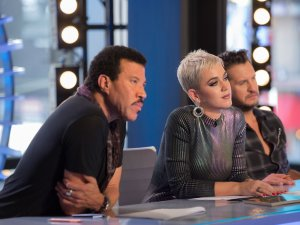 Katy Perry throws some shade at Taylor Swift on 'American Idol'