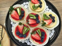 mini berry cheese cakes aerial view