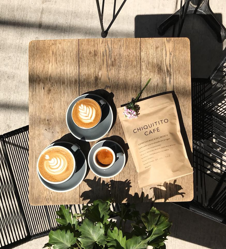 mesa cubierta de tazas de café veracruzano