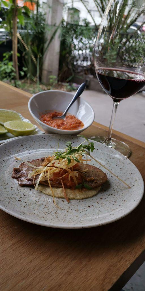 taco-lengua-res-salsa-martajada-comida-mexicana-comal-de-piedra-la-roma-tacos