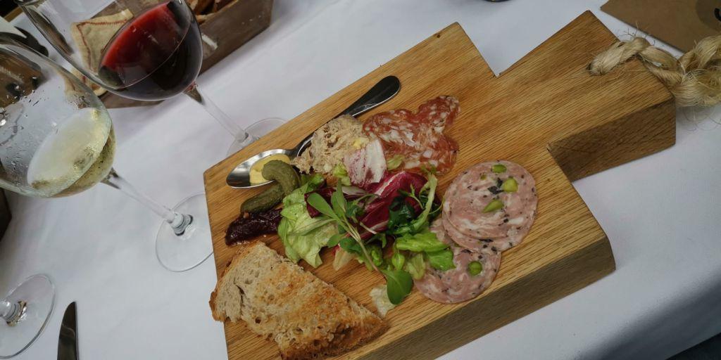 grandes-viñedos-francia-maridaje-sophie-avernin-vino-blanco-tinto-copas-tabla-carnes-frias-comida-francesa