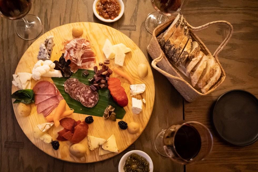 simon-bar-tabla-quesos-carnes-frias-maridaje-vino-tinto-sophie-avernin-grandes-viñedos-francia