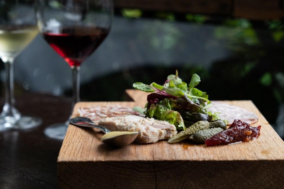 tabla-carnes-frías-vino-tinto-blanco-maison-de-famille-sophie-avernin-maridaje-comida-francesa