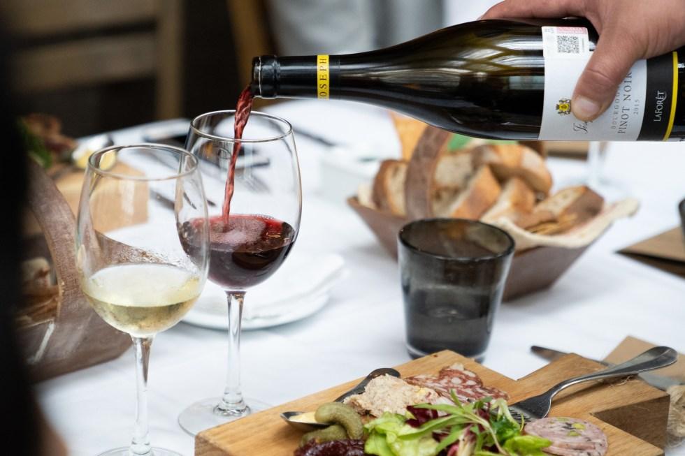 vino-blanco-tinto-copas-maridaje-restaurante-comida-francesa-sophie-avernin-botella