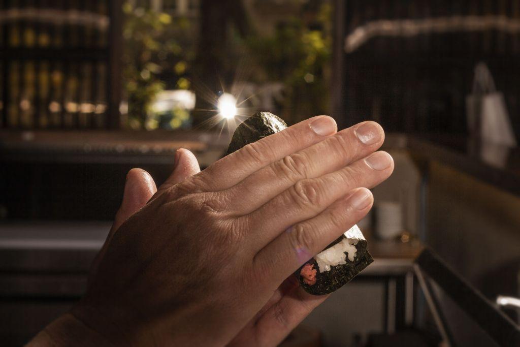 San-Tō: el creativo concepto nipón que te permite comer con las manos (adiós palillos)