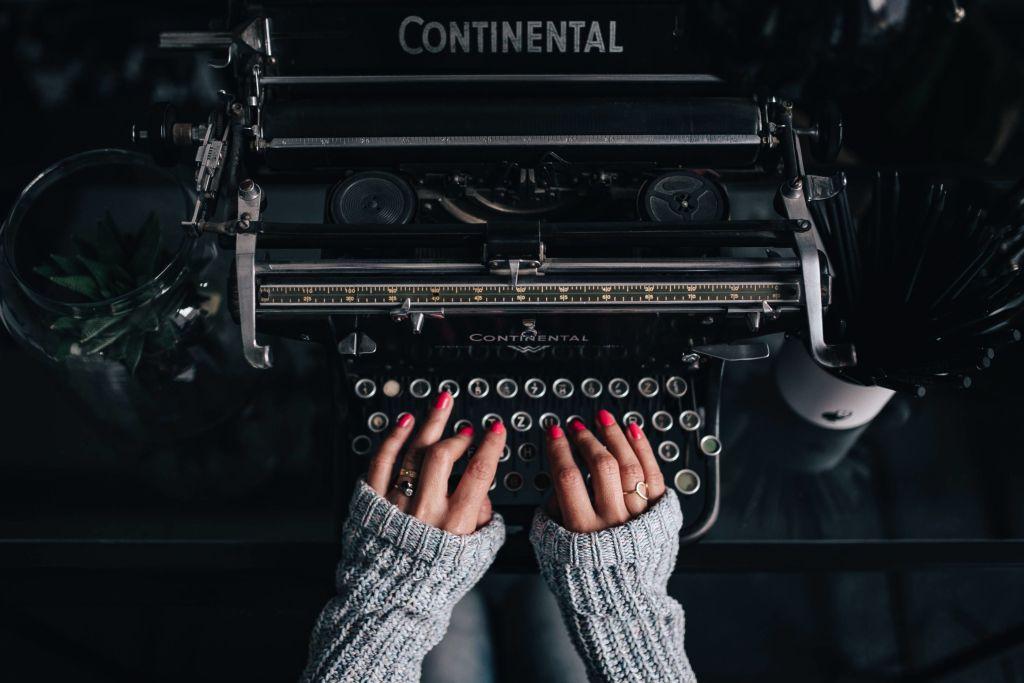 6 escritoras jóvenes que la están rompiendo en la industria literaria (lee sus libros esta primavera)