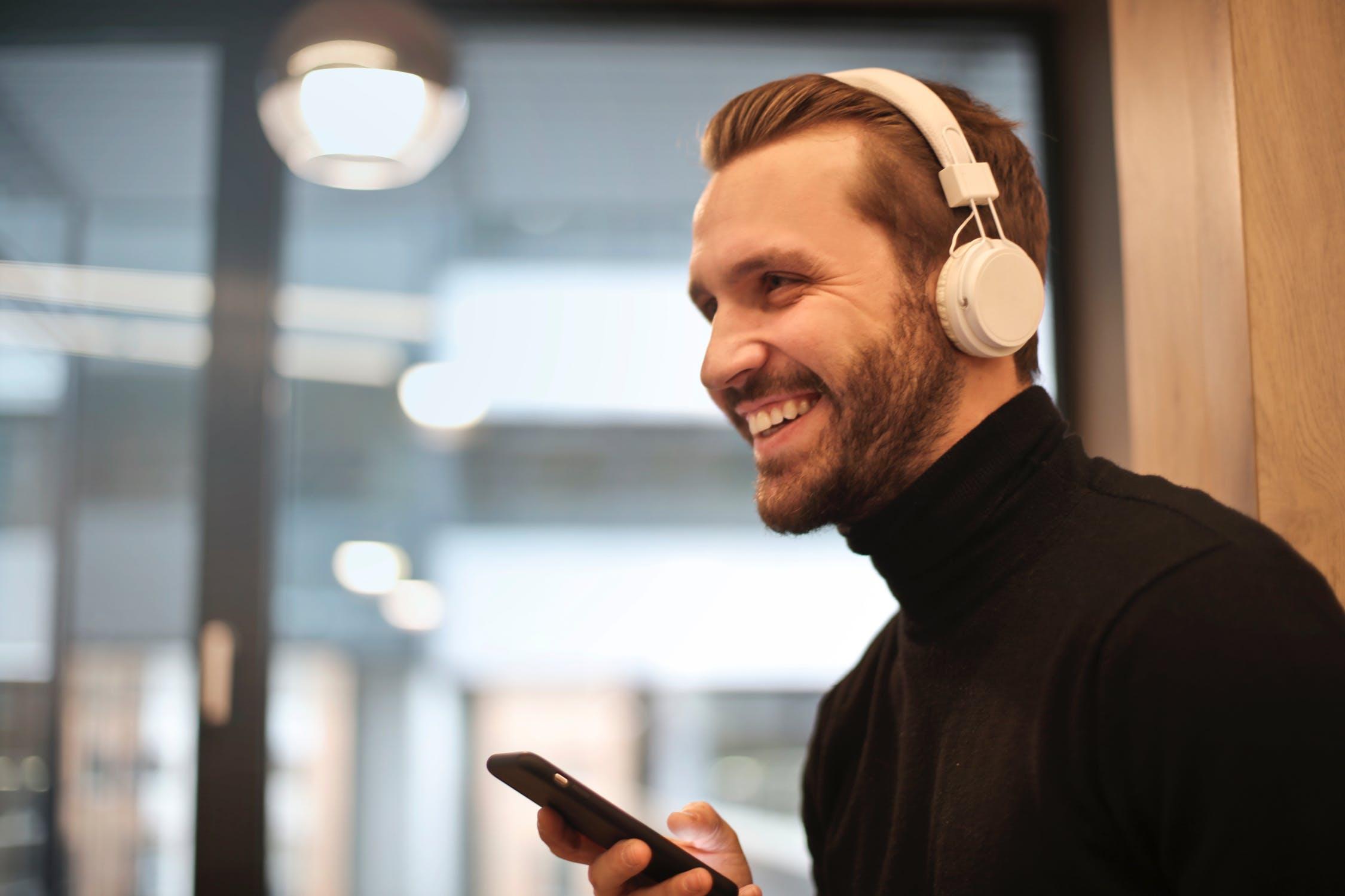 5 Podcasts en Spotify para alegrar tu día en casa