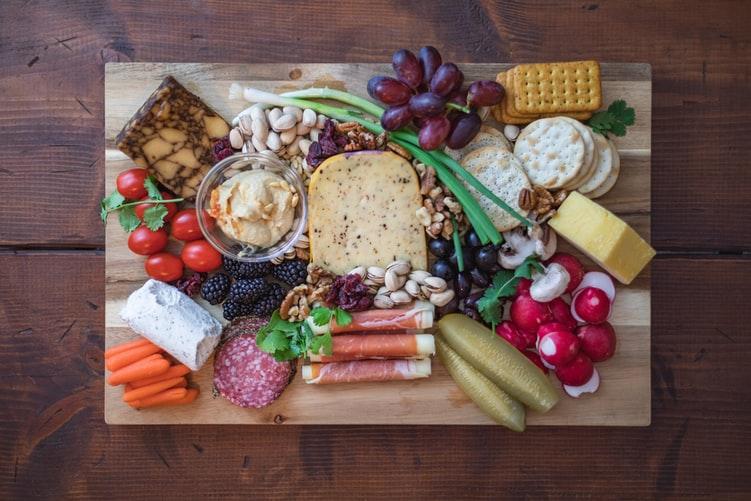 Cómo armar la tabla de quesos y carnes frías perfecta