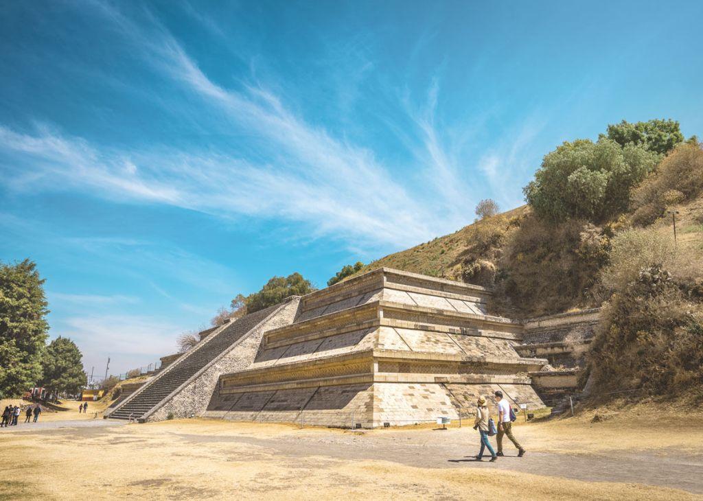 La pirámide más grande del mundo está escondida en una montaña cerca de la CDMX (y puedes recorrer sus túneles)