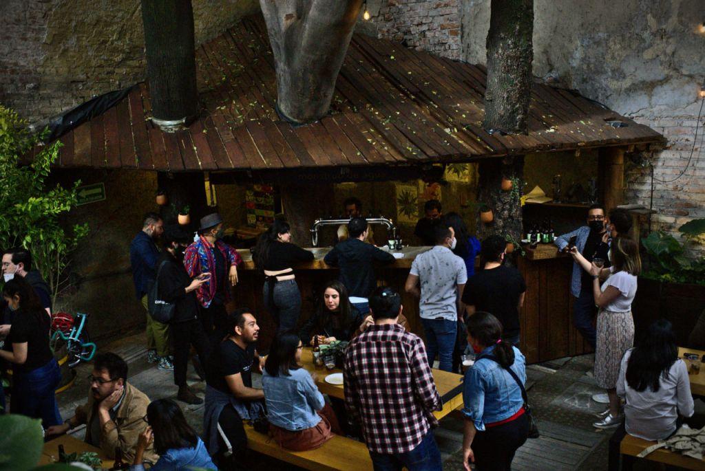 Monstruo de Agua inaugura su nuevo 'spot cervecero' en uno de los jardines más bellos de la Roma
